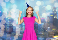 Mujer joven feliz o muchacha adolescente en casquillo del partido Fotos de archivo libres de regalías