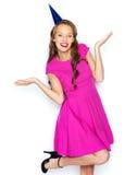 Mujer joven feliz o muchacha adolescente en casquillo del partido Foto de archivo libre de regalías