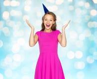Mujer joven feliz o muchacha adolescente en casquillo del partido Imagen de archivo libre de regalías