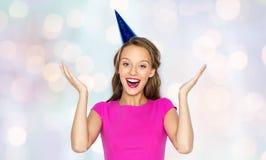 Mujer joven feliz o muchacha adolescente en casquillo del partido Imagen de archivo