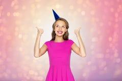 Mujer joven feliz o muchacha adolescente en casquillo del partido Fotografía de archivo libre de regalías