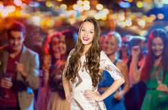 Mujer joven feliz o muchacha adolescente en el club del disco Fotos de archivo libres de regalías