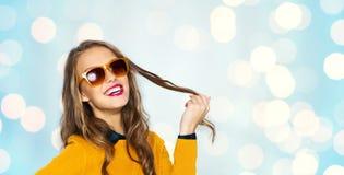 Mujer joven feliz o muchacha adolescente en gafas de sol Imagen de archivo