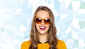 Mujer joven feliz o muchacha adolescente en gafas de sol Fotos de archivo