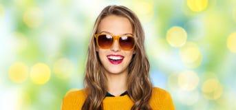 Mujer joven feliz o muchacha adolescente en gafas de sol Fotografía de archivo libre de regalías