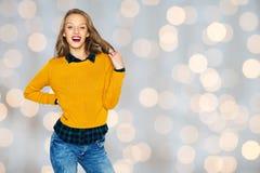 Mujer joven feliz o muchacha adolescente en ropa casual Imagen de archivo libre de regalías