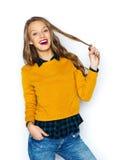 Mujer joven feliz o muchacha adolescente en ropa casual Imágenes de archivo libres de regalías