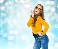 Mujer joven feliz o muchacha adolescente en ropa casual Imagen de archivo