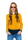 Mujer joven feliz o muchacha adolescente en ropa casual Imagenes de archivo
