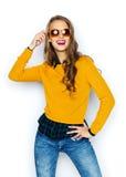 Mujer joven feliz o muchacha adolescente en ropa casual Foto de archivo