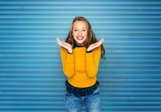 Mujer joven feliz o muchacha adolescente en ropa casual Fotografía de archivo