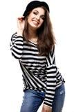 Mujer joven feliz o muchacha adolescente en ropa casual y sombrero del inconformista Foto de archivo libre de regalías