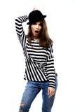Mujer joven feliz o muchacha adolescente en ropa casual y sombrero del inconformista Imagen de archivo