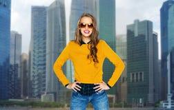 Mujer joven feliz o muchacha adolescente en sombras sobre ciudad Imágenes de archivo libres de regalías