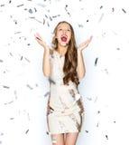 Mujer joven feliz o muchacha adolescente en vestido de lujo Imagen de archivo