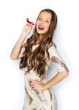 Mujer joven feliz o muchacha adolescente en vestido de lujo Foto de archivo