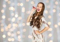 Mujer joven feliz o muchacha adolescente en vestido de lujo Foto de archivo libre de regalías