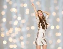 Mujer joven feliz o muchacha adolescente en vestido de lujo Imagenes de archivo