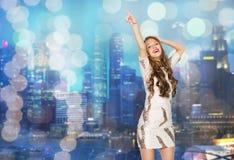 Mujer joven feliz o muchacha adolescente en vestido de lujo Imagen de archivo libre de regalías