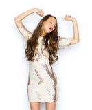Mujer joven feliz o muchacha adolescente en vestido de lujo Fotografía de archivo libre de regalías