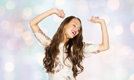 Mujer joven feliz o muchacha adolescente en vestido de lujo Fotos de archivo libres de regalías