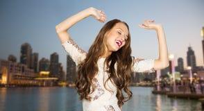 Mujer joven feliz o muchacha adolescente en vestido de lujo Fotos de archivo