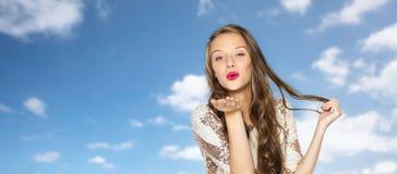 Mujer joven feliz o muchacha adolescente en vestido de lujo Fotografía de archivo