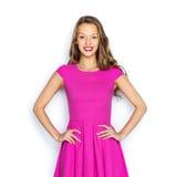 Mujer joven feliz o muchacha adolescente en vestido rosado Foto de archivo libre de regalías