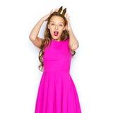 Mujer joven feliz o muchacha adolescente en vestido rosado Fotografía de archivo libre de regalías