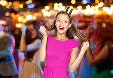 Mujer joven feliz o muchacha adolescente en vestido rosado Imagen de archivo