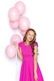 Mujer joven feliz o muchacha adolescente en vestido rosado Imágenes de archivo libres de regalías