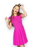 Mujer joven feliz o muchacha adolescente en vestido rosado Imagen de archivo libre de regalías