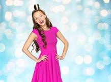 Mujer joven feliz o muchacha adolescente en vestido rosado Fotografía de archivo