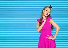 Mujer joven feliz o muchacha adolescente en vestido rosado Foto de archivo