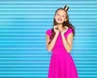 Mujer joven feliz o muchacha adolescente en vestido rosado Imagenes de archivo