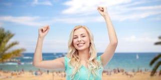 Mujer joven feliz o muchacha adolescente que celebra la victoria Foto de archivo libre de regalías
