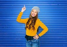Mujer joven feliz o muchacha adolescente que destaca el finger Foto de archivo libre de regalías