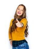 Mujer joven feliz o muchacha adolescente que muestra los pulgares para arriba Foto de archivo