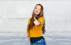 Mujer joven feliz o muchacha adolescente que muestra los pulgares para arriba Fotografía de archivo