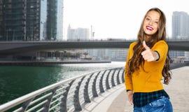 Mujer joven feliz o muchacha adolescente que muestra los pulgares para arriba Fotografía de archivo libre de regalías