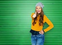 Mujer joven feliz o muchacha adolescente que muestra los pulgares para arriba Fotos de archivo libres de regalías