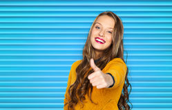 Mujer joven feliz o muchacha adolescente que muestra los pulgares para arriba Imagen de archivo
