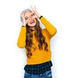 Mujer joven feliz o muchacha adolescente que se divierte Imagenes de archivo