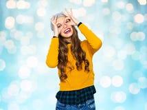 Mujer joven feliz o muchacha adolescente que se divierte Fotos de archivo libres de regalías