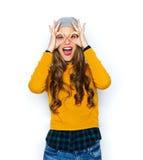 Mujer joven feliz o muchacha adolescente que se divierte Foto de archivo