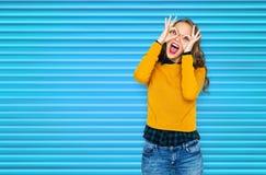 Mujer joven feliz o muchacha adolescente que se divierte Foto de archivo libre de regalías