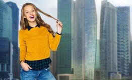 Mujer joven feliz o muchacha adolescente sobre ciudad Fotografía de archivo