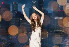 Mujer joven feliz o muchacha adolescente sobre ciudad de la noche Imagenes de archivo