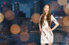 Mujer joven feliz o muchacha adolescente sobre ciudad de la noche Fotografía de archivo libre de regalías