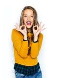Mujer joven feliz o muestra adolescente de la mano de la autorización de la demostración Fotos de archivo